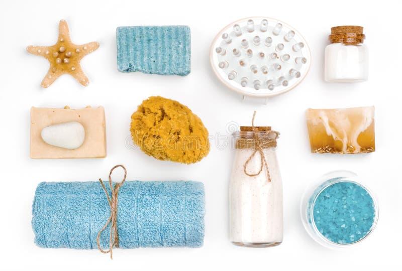 Diversos objetos del balneario y de la salud en el fondo blanco imagenes de archivo