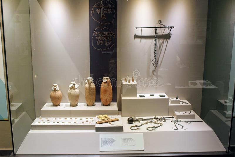 Diversos objetos expuestos de la antigüedad de la colección arqueológica Turquía del museo de Alanya imagen de archivo