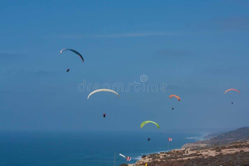 Diversos paragliders em Torrey Pines Gliderport em La Jolla fotografia de stock royalty free