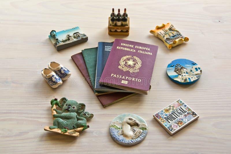 Diversos pasaportes e imanes del recuerdo imagen de archivo