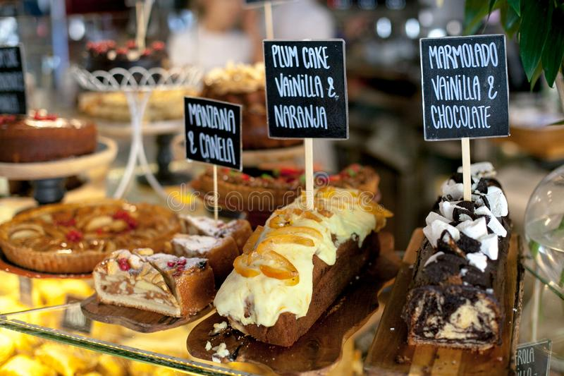 Diversos pasteles y empanadas en los mercados de la comida fotografía de archivo