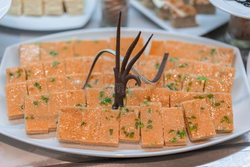 Diversos postres en el restaurante Composici?n de los postres de los pasteles de diversos sabores, de sabores y de colores Los pa fotos de archivo