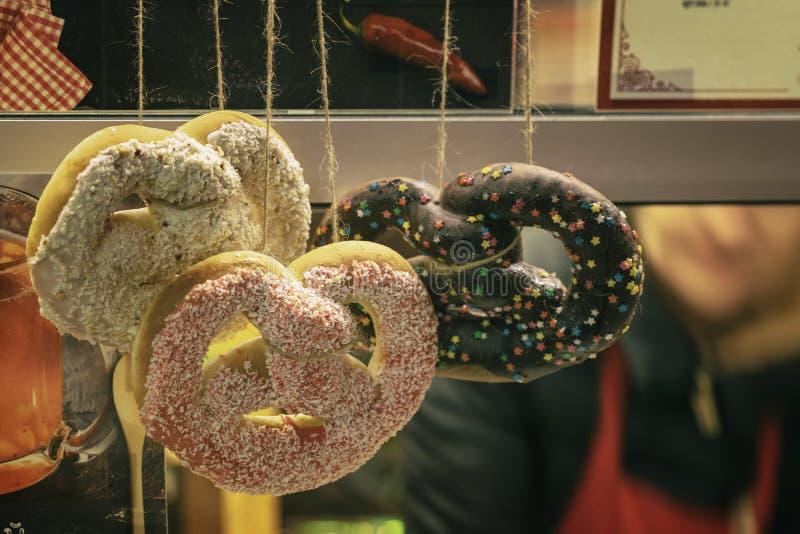 Diversos pretzeles deliciosos tradicionales, tienda de Bretzels en la ventana del supermercado, en un mercado de la Navidad foto de archivo libre de regalías