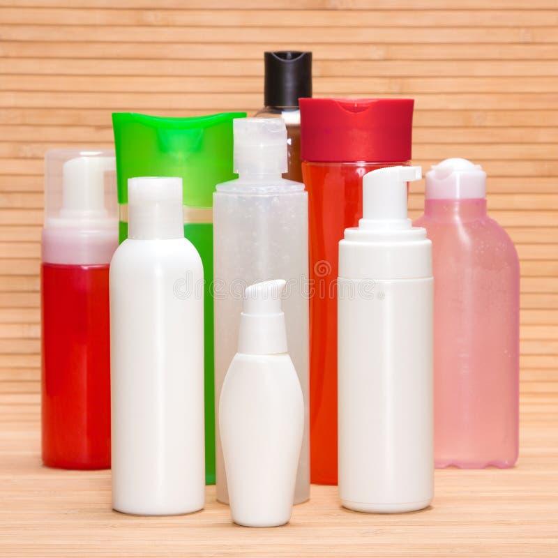 Diversos productos cosméticos en superficie de madera foto de archivo libre de regalías