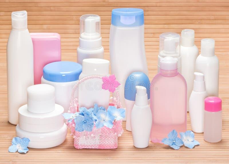 Diversos productos cosméticos para el skincare en superficie de madera imágenes de archivo libres de regalías