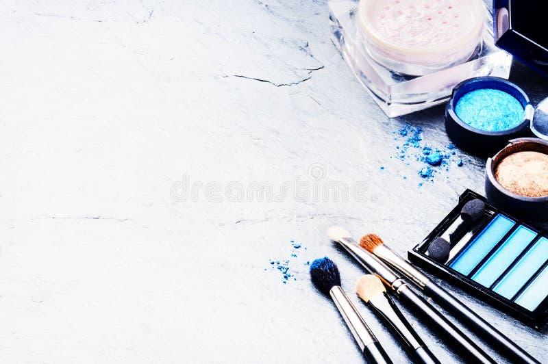 Diversos productos de maquillaje en tono azul fotos de archivo