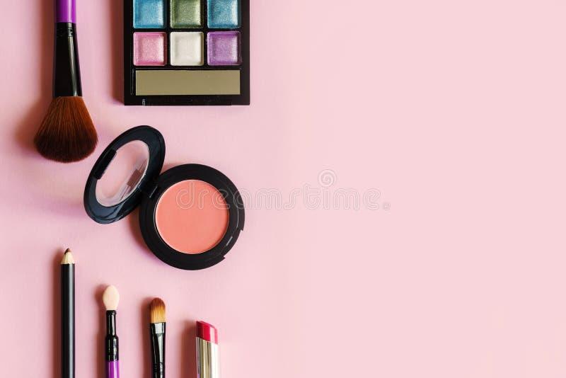 Diversos productos de maquillaje y cosméticos en rosa fotos de archivo