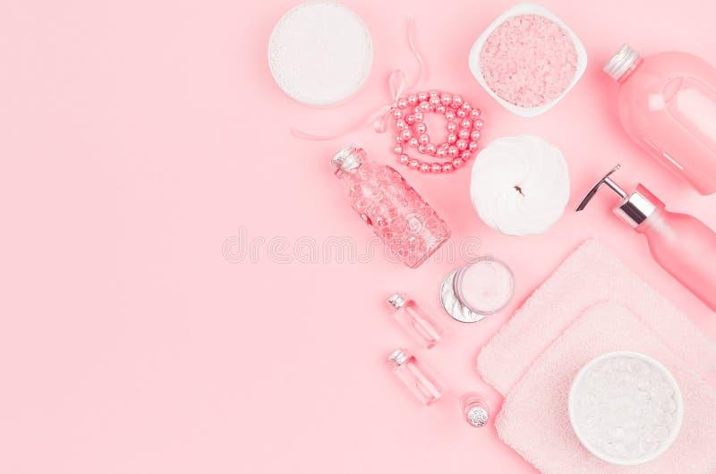 Diversos productos y accesorios cosméticos en rosa y color plata en el fondo rosa claro suave, espacio de la copia, visión superi fotografía de archivo