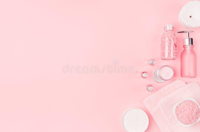 Diversos productos y accesorios cosméticos en rosa y color plata en el fondo rosa claro suave, espacio de la copia, visión superi imagen de archivo