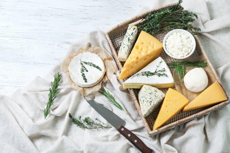 Diversos quesos en la tabla foto de archivo