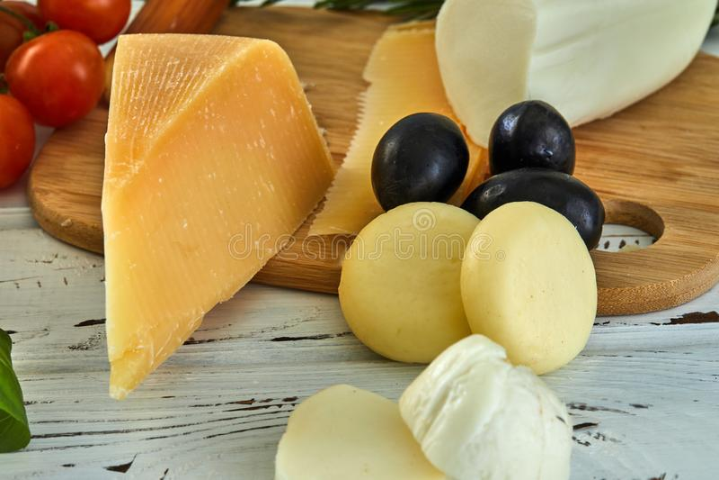 Diversos quesos en la tabla Productos l?cteos frescos imagen de archivo libre de regalías