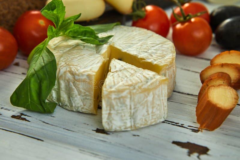 Diversos quesos en la tabla Productos l?cteos frescos fotos de archivo libres de regalías