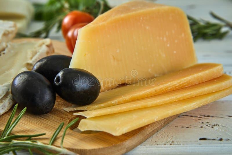 Diversos quesos en la tabla Productos l?cteos frescos foto de archivo