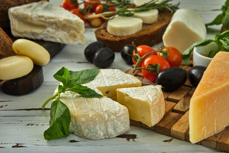 Diversos quesos en la tabla Productos l?cteos frescos imagenes de archivo