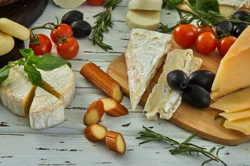 Diversos quesos en la tabla Productos l?cteos frescos fotografía de archivo libre de regalías