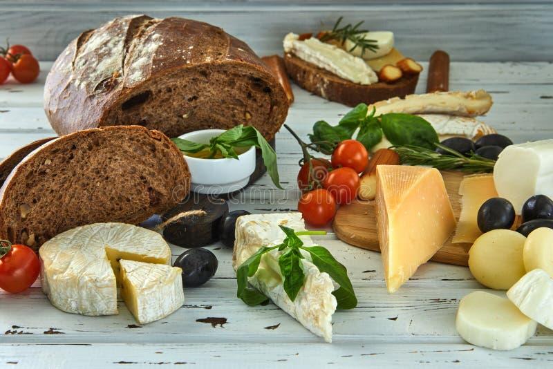 Diversos quesos en la tabla Productos l?cteos frescos imagen de archivo