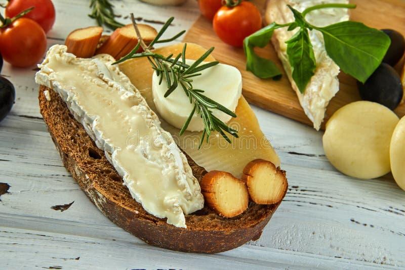 Diversos quesos en la tabla Productos l?cteos frescos fotografía de archivo