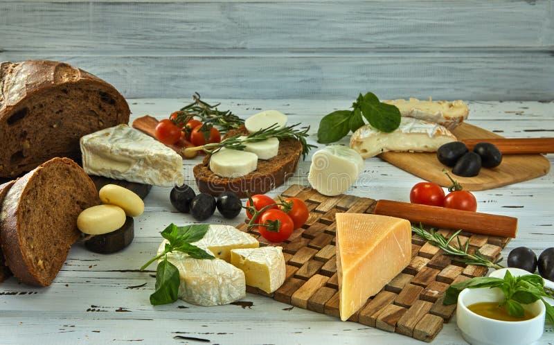 Diversos quesos en la tabla Productos l?cteos frescos foto de archivo libre de regalías