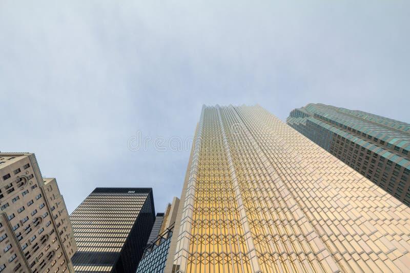 Diversos rascacielos, viejo y nuevo, tomados de la tierra en Toronto, Ontario, Canadá foto de archivo
