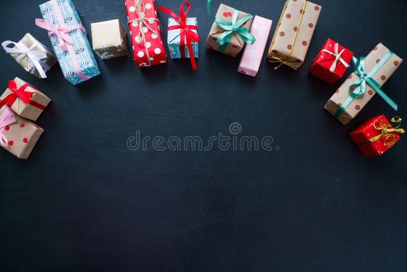 Diversos regalos de la Navidad en un fondo negro imagenes de archivo