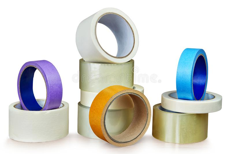 Diversos rolos da fita adesiva para fins diferentes no branco foto de stock