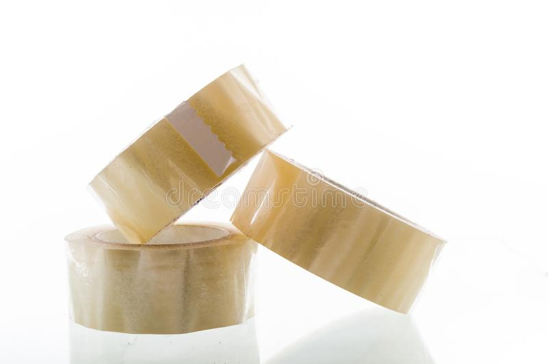 Diversos rolos da fita adesiva Tr?s rolos do material de embalagem Uma pir?mide dos c?rculos fotografia de stock royalty free