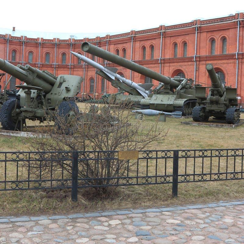 Diversos sistemas de la artillería en el territorio del museo en tiempo nublado imagen de archivo