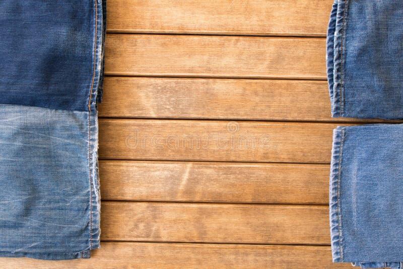 Diversos tejanos en fondo de madera La visión desde la tapa foto de archivo