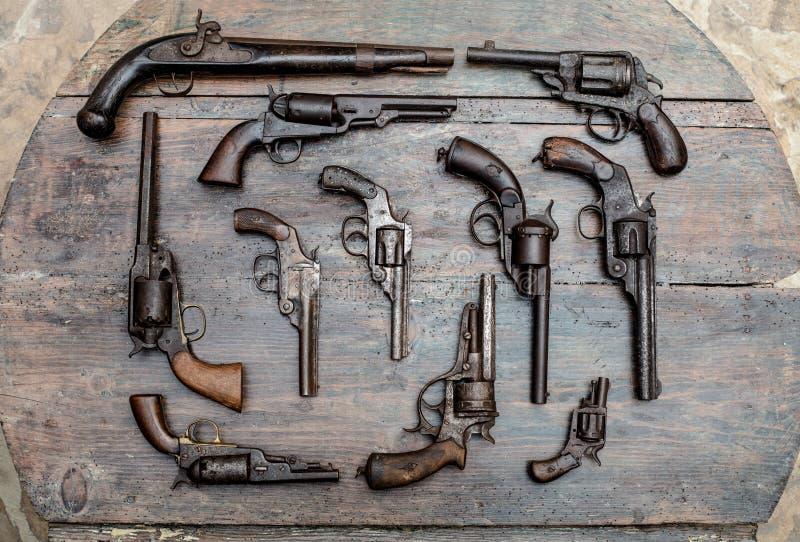 Diversos tipos de armas en cierre encima de la visión foto de archivo libre de regalías