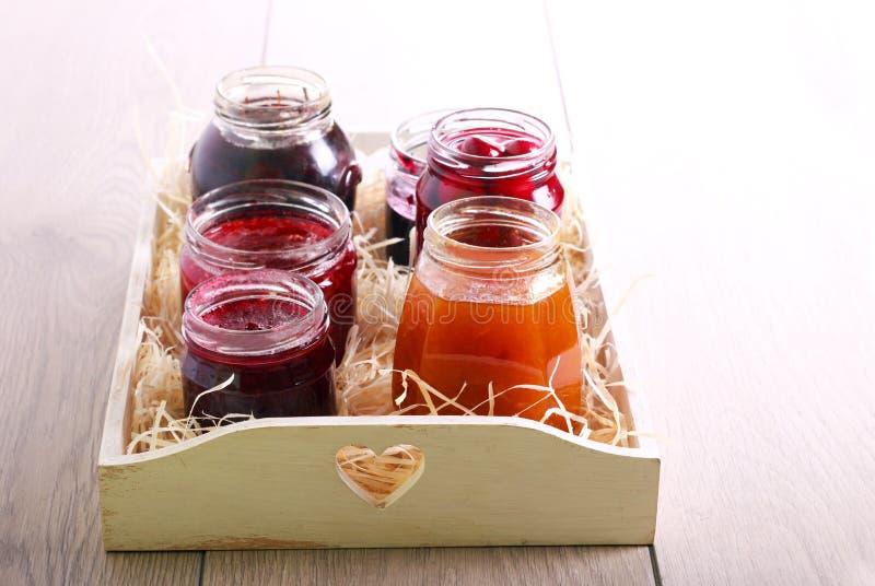 Diversos tipos de atascos y de cotos hechos en casa de la fruta imagen de archivo libre de regalías