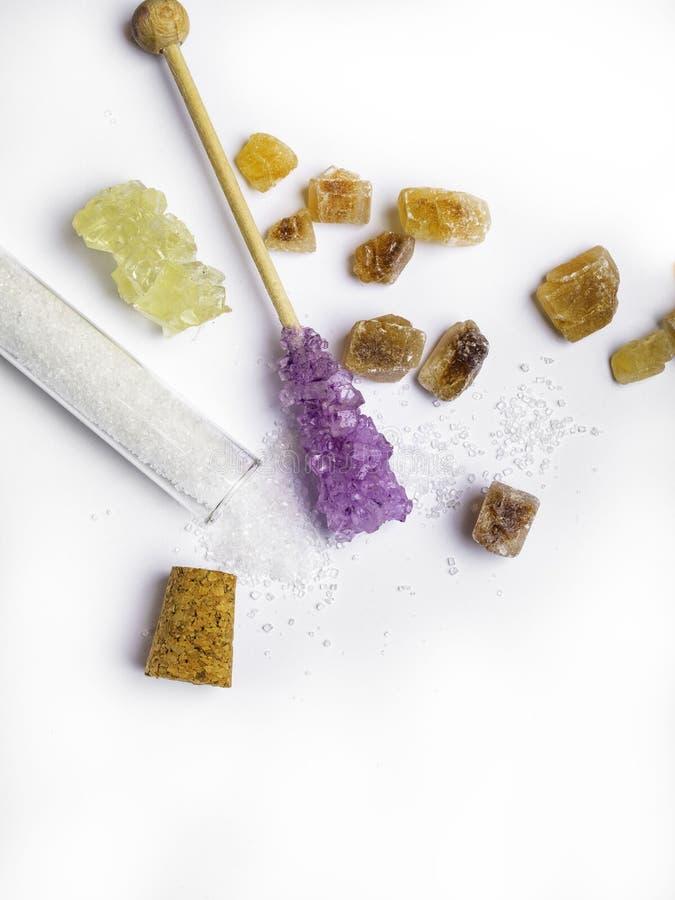Diversos diversos tipos de azúcar, en frasco en el fondo blanco imagen de archivo libre de regalías