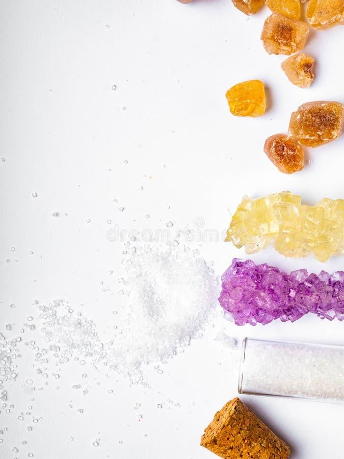 Diversos diversos tipos de azúcar, en frasco en el fondo blanco foto de archivo