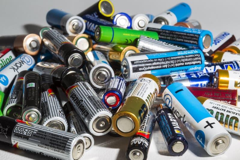 Diversos tipos de baterías usadas listas para reciclar la mentira en a imágenes de archivo libres de regalías