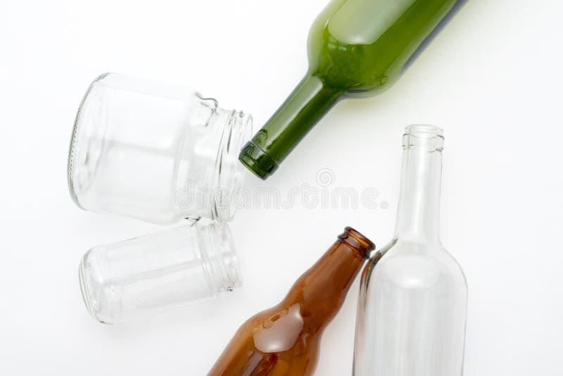Diversos tipos de botellas de cristal en el fondo blanco Basura reciclable Reciclando, reutilización, disposición de basura, recu fotos de archivo
