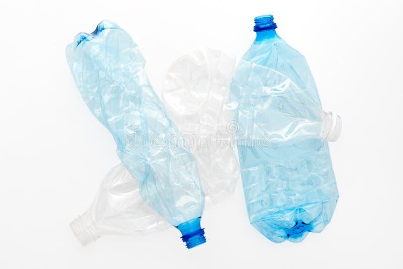Diversos tipos de botellas plásticas machacadas en el fondo blanco Basura reciclable Reciclando, reutilización, disposición de ba imágenes de archivo libres de regalías