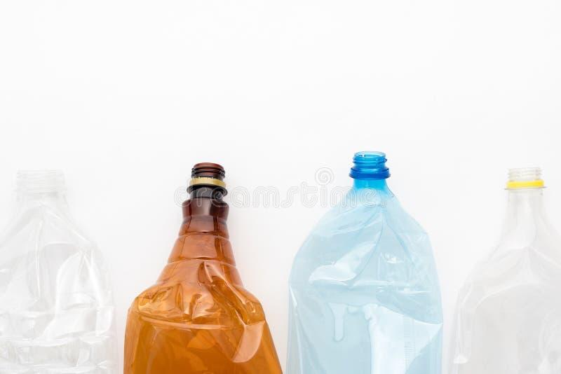 Diversos tipos de botellas plásticas machacadas en el fondo blanco Copyspace para el texto Basura reciclable Reciclando, reutiliz fotos de archivo libres de regalías