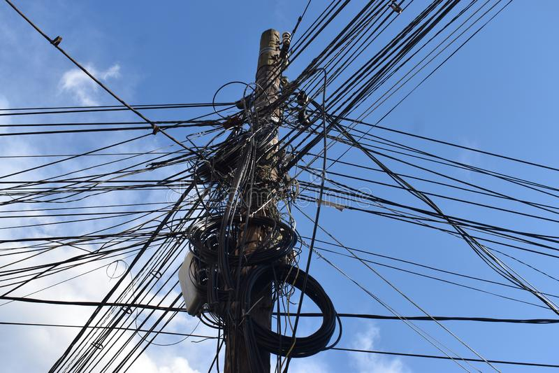 Diversos tipos de cables de transmisión, cables de señal, líneas telefónicas, líneas de Internet, en polos de poder Cable sucio e fotografía de archivo libre de regalías