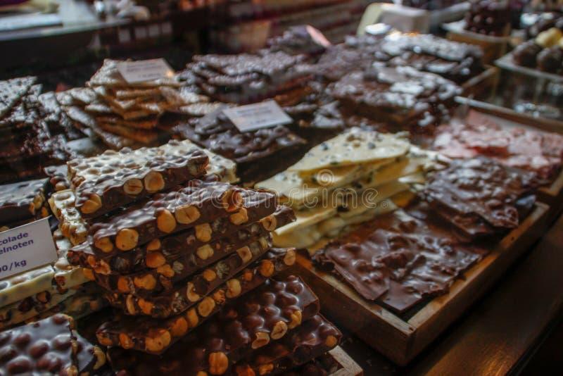 Diversos tipos de chocolate en un escaparate del manazin: lechoso, oscuro, con las nueces, blancas fotografía de archivo