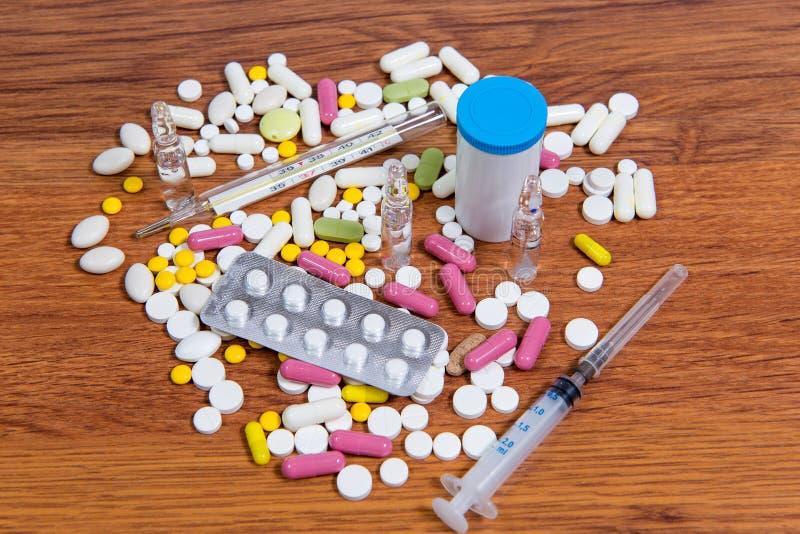 Diversos tipos de drogas se dispersan en la tabla Tratamiento de enfermedades con métodos modernos Homeopático y sustancias quími fotos de archivo