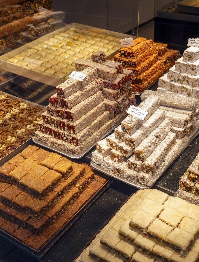 Diversos tipos de dulces turcos del este en tienda imagenes de archivo