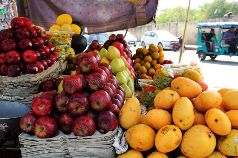 Diversos tipos de frutas en Delhi fotografía de archivo