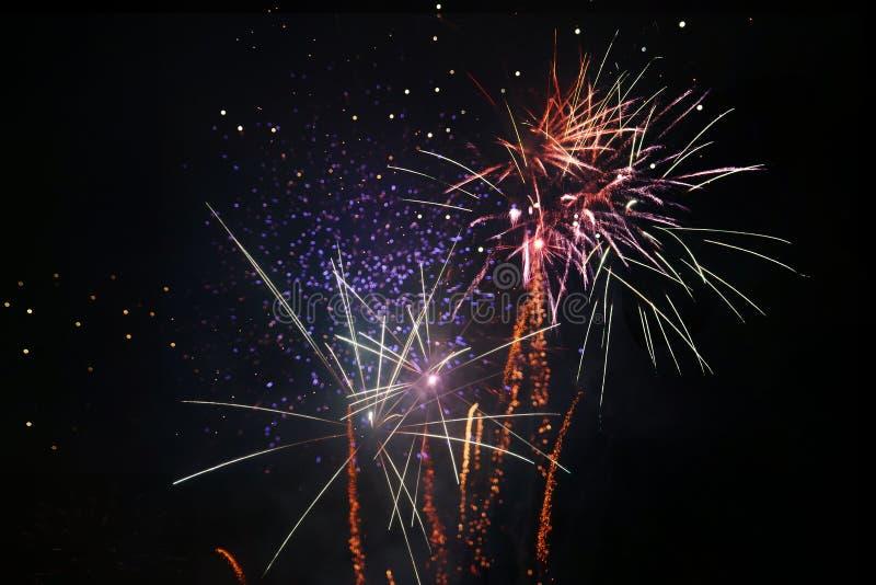 Diversos tipos de fuegos artificiales en una celebración nacional fotografía de archivo libre de regalías
