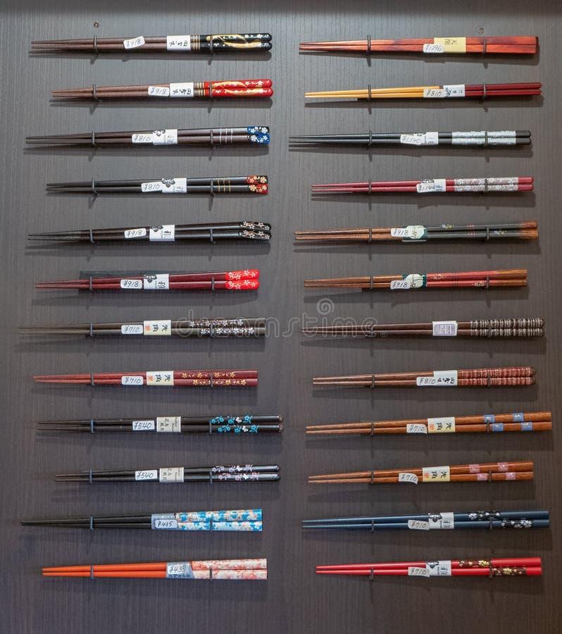 Diversos tipos de palillos en venta en una tienda en Arashiyama fotos de archivo libres de regalías