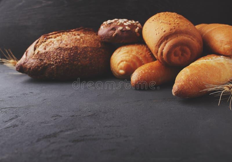Diversos tipos de pan con las semillas de sésamo fotografía de archivo