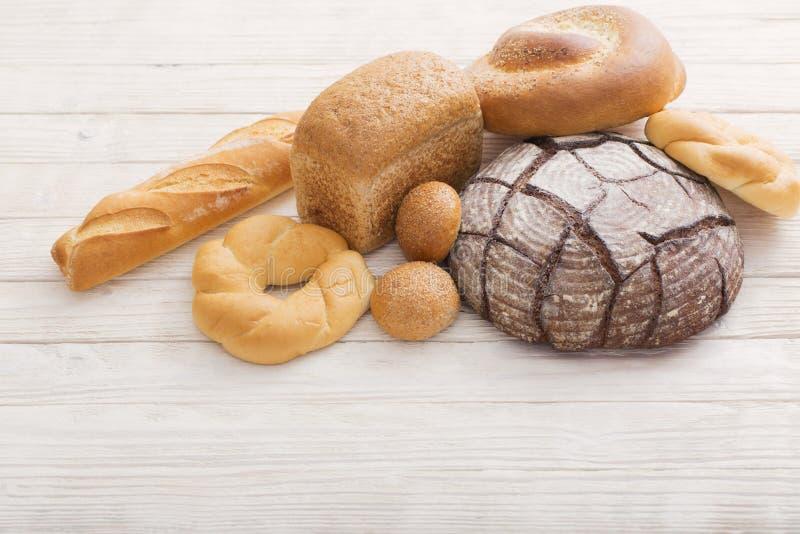 Diversos tipos de pan en fondo de madera foto de archivo libre de regalías