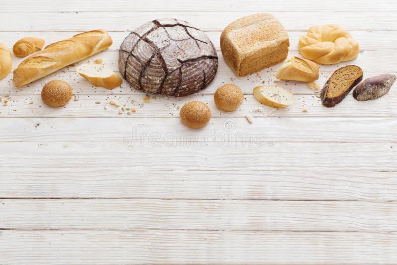 Diversos tipos de pan en fondo de madera imagen de archivo libre de regalías