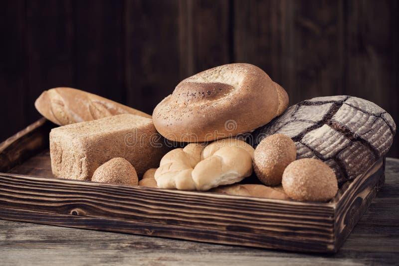 Diversos tipos de pan en fondo de madera fotografía de archivo libre de regalías