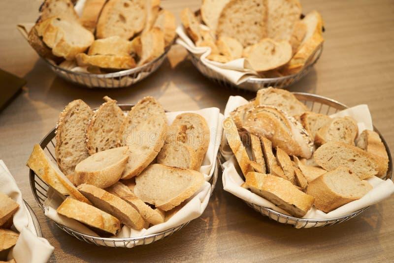 Diversos tipos de pan en la cesta en un backgro de madera de la tabla fotos de archivo libres de regalías
