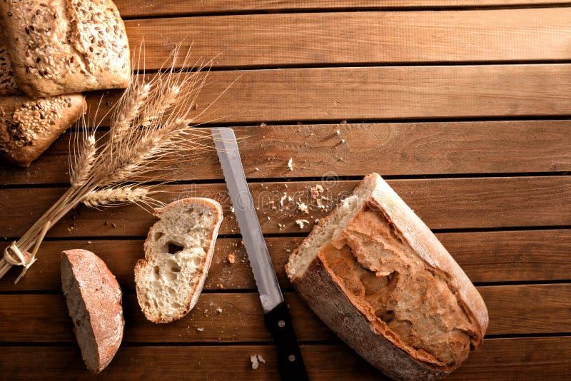 Diversos tipos de pan en oscuridad de madera rústica de la sobremesa imagen de archivo libre de regalías