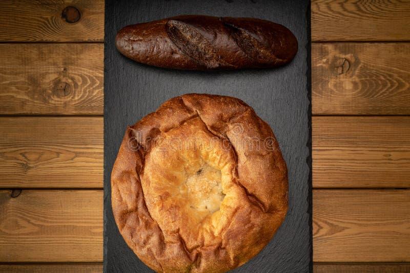 Diversos tipos de pan en un fondo de madera foto de archivo